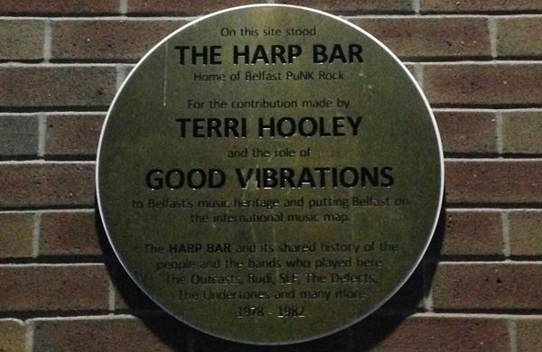 The blue plaque displayed at the original site of the Harp Bar on Hill Street, Belfast