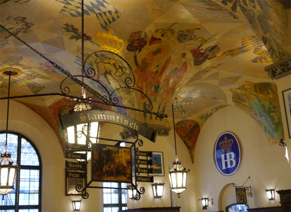 Weltberühmtes Biergasthaus mit echten Münchnern - das Hofbräuhaus
