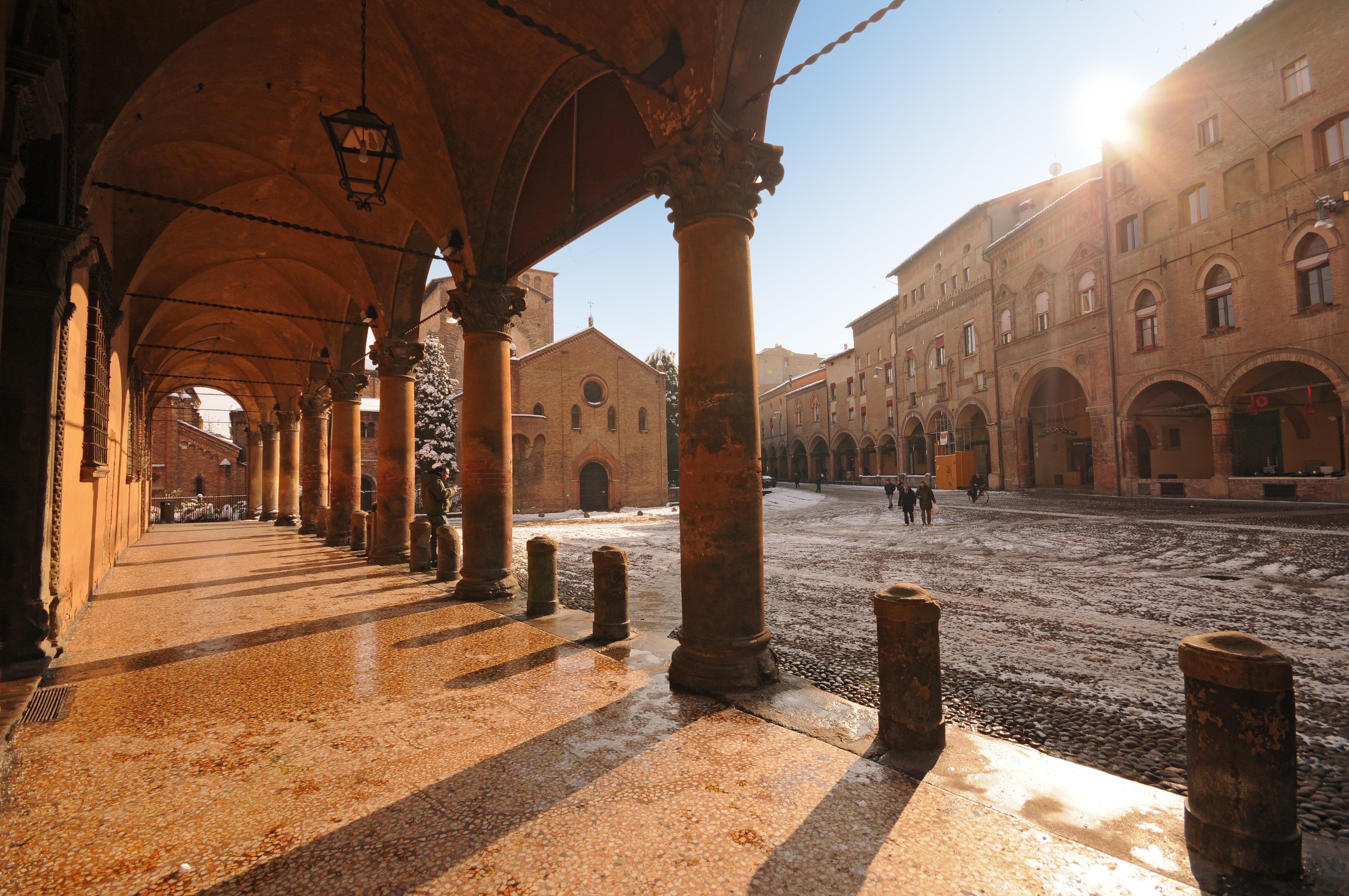 Shopping a Bologna tra mercati, botteghe e negozi di lusso
