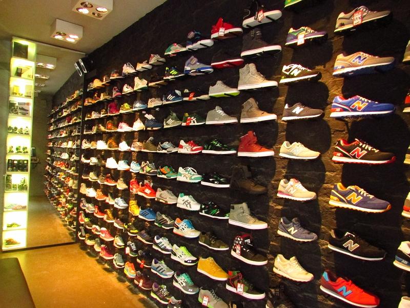 Barfuß oder Lackschuh? In Berlin trägt man Sneaker!