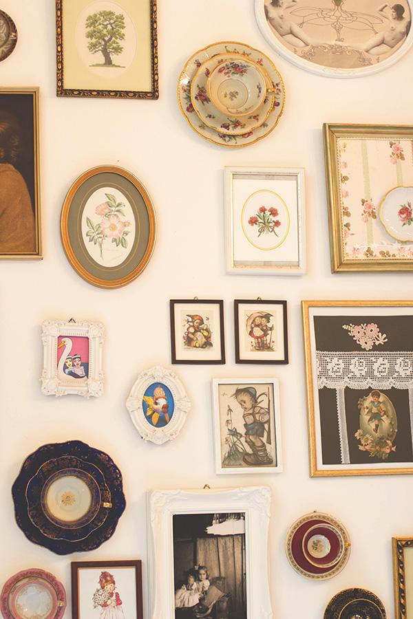 Alte Bilder, Drucke und Tassen hängen an den Wänden im Café Miss Päpki im belgischen Viertel in Köln
