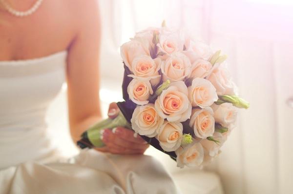 vestito sposa con bouquet
