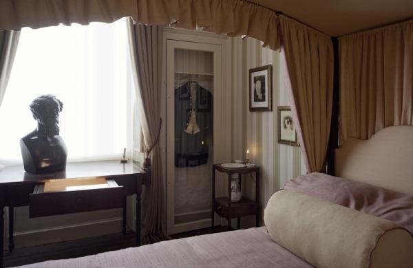 Bedroom in Charles Dickens House