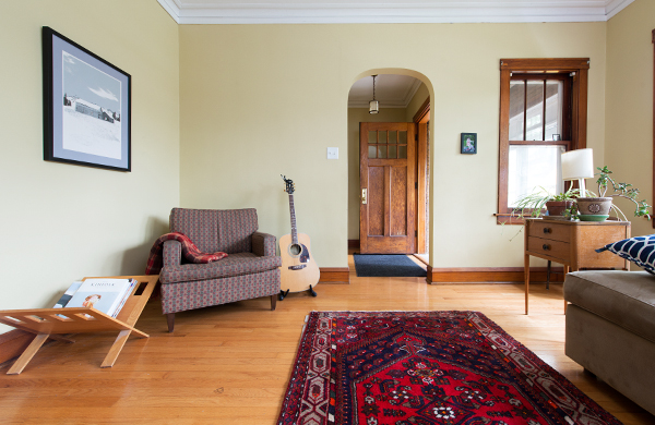 going-home-with-a-queen-kindie-rock_living-room_600c390