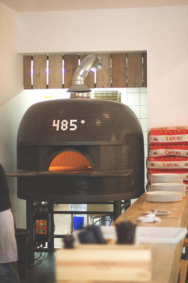 der einmalige Pizzaoffen im 485° in Köln, original aus Neapel und 485 Grad Celsius heiß