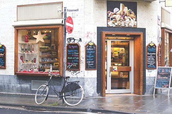 Die Fassade vom Käsehaus Wingenfeld auf der Ehrenstraße in Köln